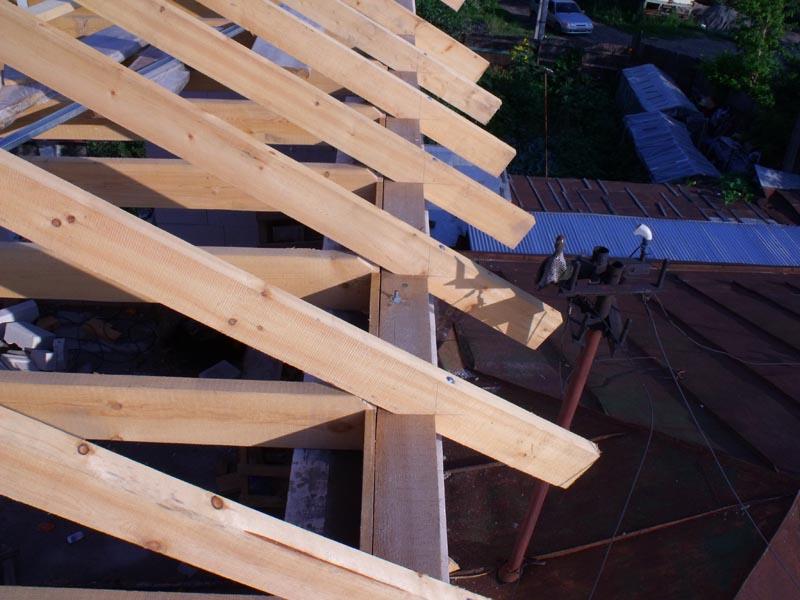 Монтаж полувальмовой крыши своими руками